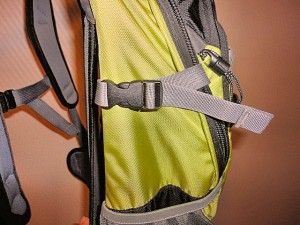 Side straps secure your travel belongings